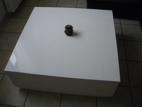 Table basse carre laque blanc vignacourt for Table basse carre laque blanc